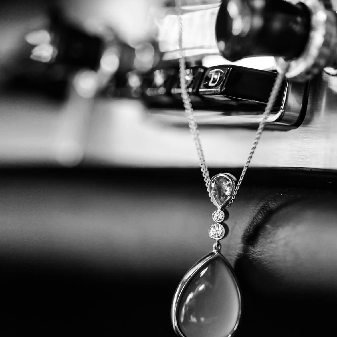 Oldtimer und Kette mit Edelsteinen - Juwelier Krebber Hauskatalog 2017